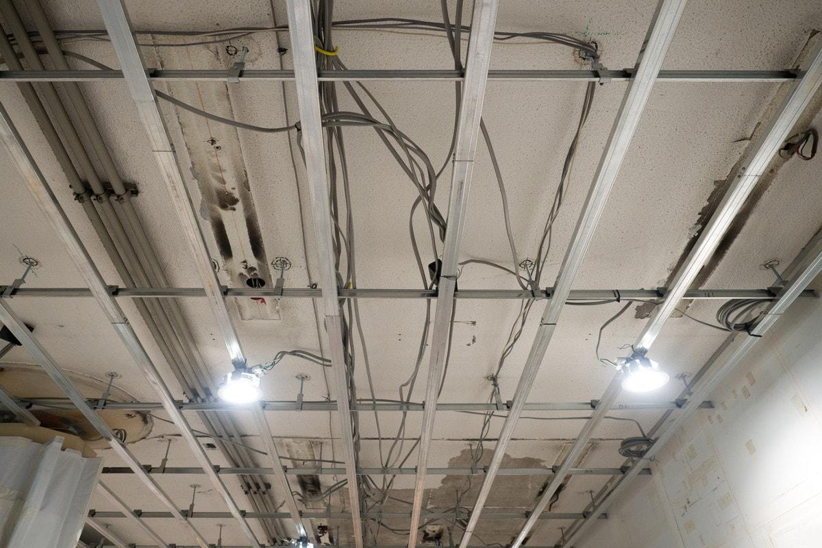 ケーブルを天井吊りするために気をつけるべきこと
