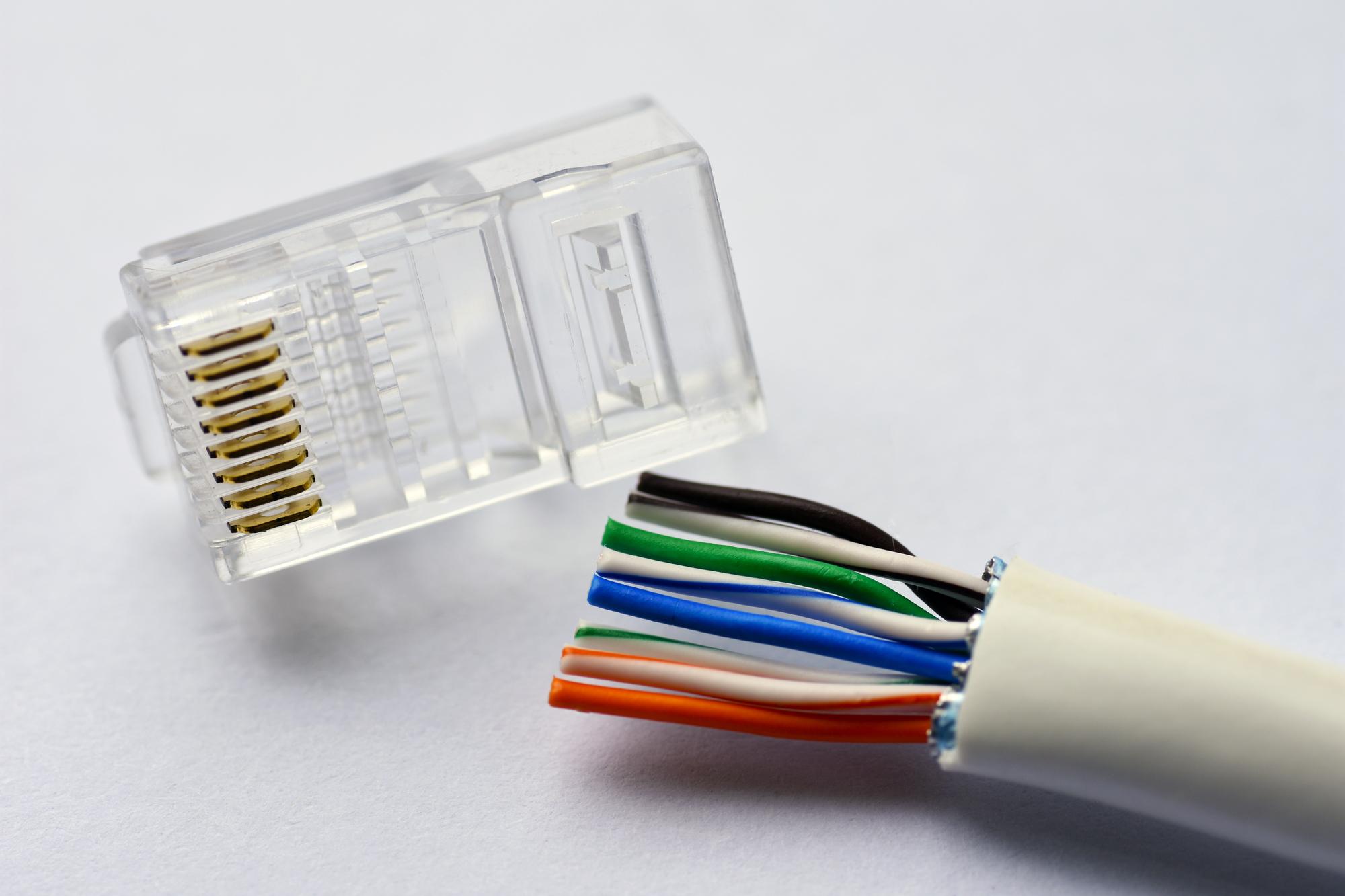 LANコネクタとLANケーブルは同じものではない?選び方や種類について