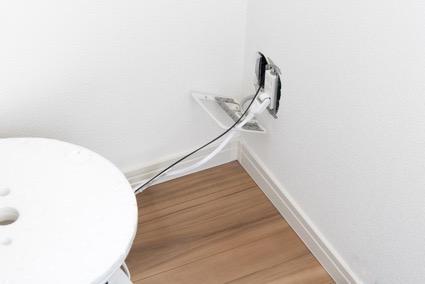 電線をパネルの切断部から守る自在ブッシュの使い方を解説